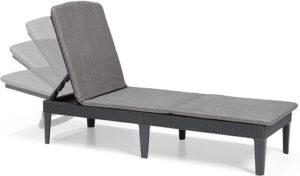 Un bain de soleil type chaise longue avec dossier inclinable