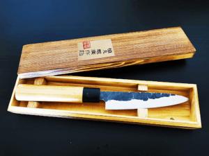 C'est un couteau japonais de type Santoku